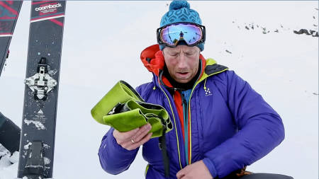 SMART KNEP: Fellene er sårbare og utsatt for ising spesielt i varierende værforhold. Jørgen Aamot ser ut til å ha et triks på innerlomma. Bilde: Benjamin Hjort
