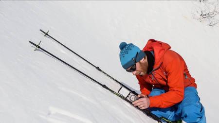 HVOR BRATT ER DET? Tindevegleder Jørgen Aamot bruker stavene for å legge an kompasset og måle terrengets bratthet. Bilde: Benjamin Hjort