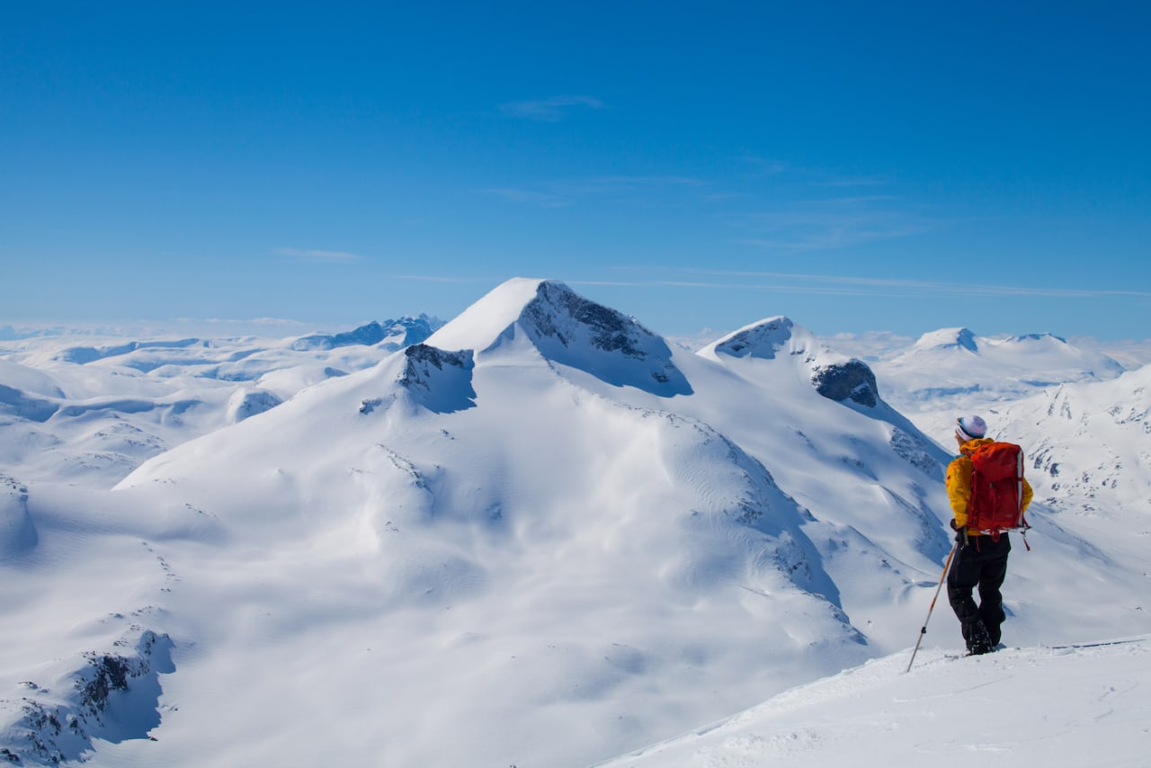 INNSIDENAVJOTUNHEIMEN: Ned fra majestetiske Raudalstindene er det ikk et eneste skispor å se. Kan det være at innmarsjen er for lang? Foto: Lars Peter Myklebust