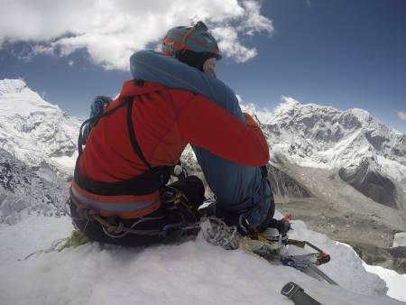 NÅDDE MÅLET: Det ble et emosjonelt øyeblikk på toppen av Island Peak. Alle foto: Lea Pokraka/Bojan Eric