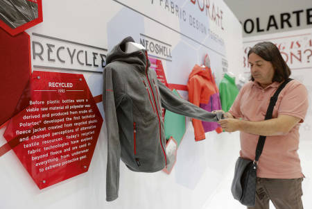 RESIRKULERT: Produsentene kappes om å vise frem sine miljøvennlige varer. Foto: Outdoor