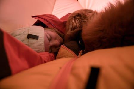 RO: I senga heime søv eg best med lyset av. I telt søv eg best med lyset på.