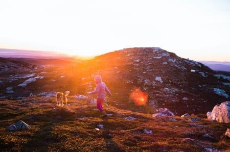 VARME: Å kjenne sola sine varme strålar på kroppen har ei uvurderleg effekt på humør og livsgnist, spesielt etter ei mørk natt.