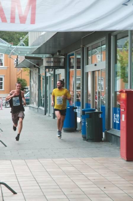 Innspurten i Trondheim maraton, på den halve distansen, et bilde artikkelforfatteren (startnummer 1557) har sneket seg med på og attpåtil taper innspurten i med et sekund. Senere skal jeg bli nabo med ham som løp et sekund fortere enn meg, og ved et tilfelle, jeg husker ikke hvilket, begynte vi å prate om dette løpet. Foto: Marthe Lein
