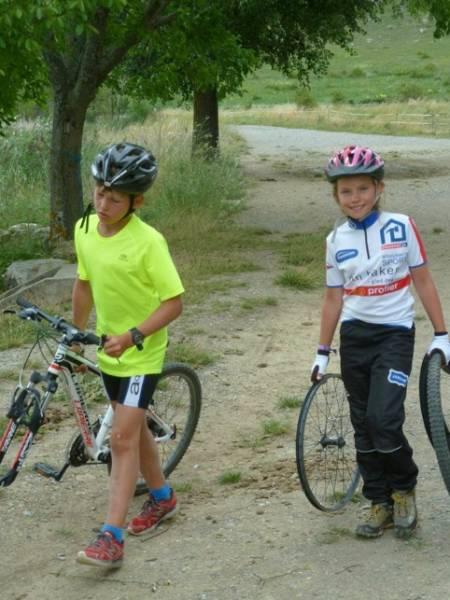 REKRUTTER: Anders og Vida med havarert sykkel på vei til mål med restene. Foto: Dag Hjelland-Hansen/Jardar