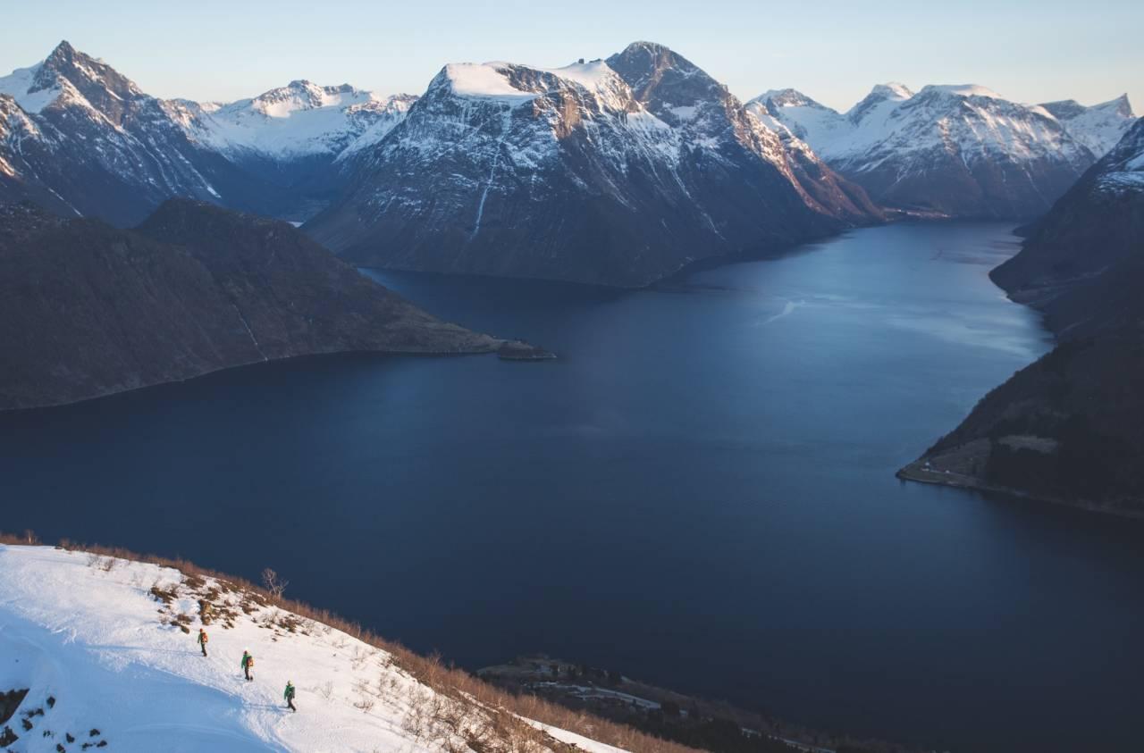 DEN RARE VINTEREN: Dette bildet er er tatt 31.januar 2014 fra Sæbønestua med utsikt mot Hjørundfjorden. Fortsatt ingen snø i lavlandet. Nesten hele vinteren rådet østavinden her. Bilde: Håvard Myklebust