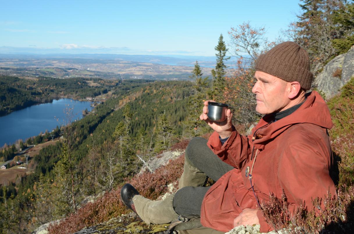 FRILUFTSMANNEN: Nils Faarlund der han startet friluftslivet sitt, på Totenåsen over Skjeppsjøen. Han var med på å stanse en storstilt vindmølleutbygging i dette området. Foto: Erlend Sande