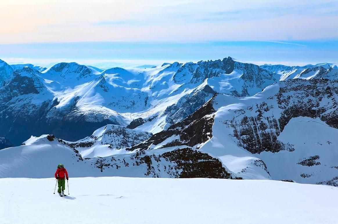 NORGES HERLIGSTE: Fjord og fjell er noe av det beste Norge har å by på, og er attraktivt for kresne skientusiaster. Her fra skitur rundt Hjørundfjorden, som du kan lese mer om i UTE som er i salg nå. Foto: Matti Bernitz