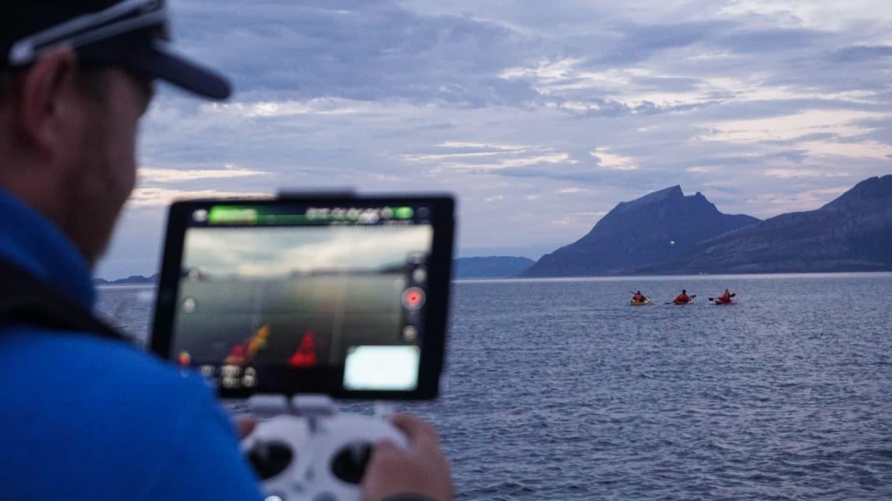 FUGLEPERSPEKTIV: Dronepilot Hans Petter Sørensen følger padlerne ut fra Nesna før jakten på havørna begynner.