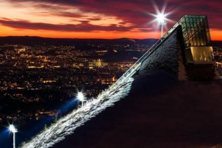 KOM DEG OPP: Morgen og kveld gir det beste lyset for gode bilder. Dette bildet av Midtstubakken er tatt ved soloppgang en tidlig morgen i desember. Bildedata: Lukkertid: 30s. Blenderåpning: f/16. Lysfølsomhet: ISO 100. Brennvidde: 110mm. Foto: Snorre Veggan