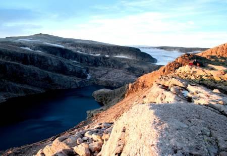 GJEGNABU I KVELDSSOL: På bandet mellom Gjegnalundsbreen og Ålfotbreen ligger den røde, lille hytta Gjegnabu i med fjellet Gjegnen i bakgrunnen. Foto: Sandra Lappegard
