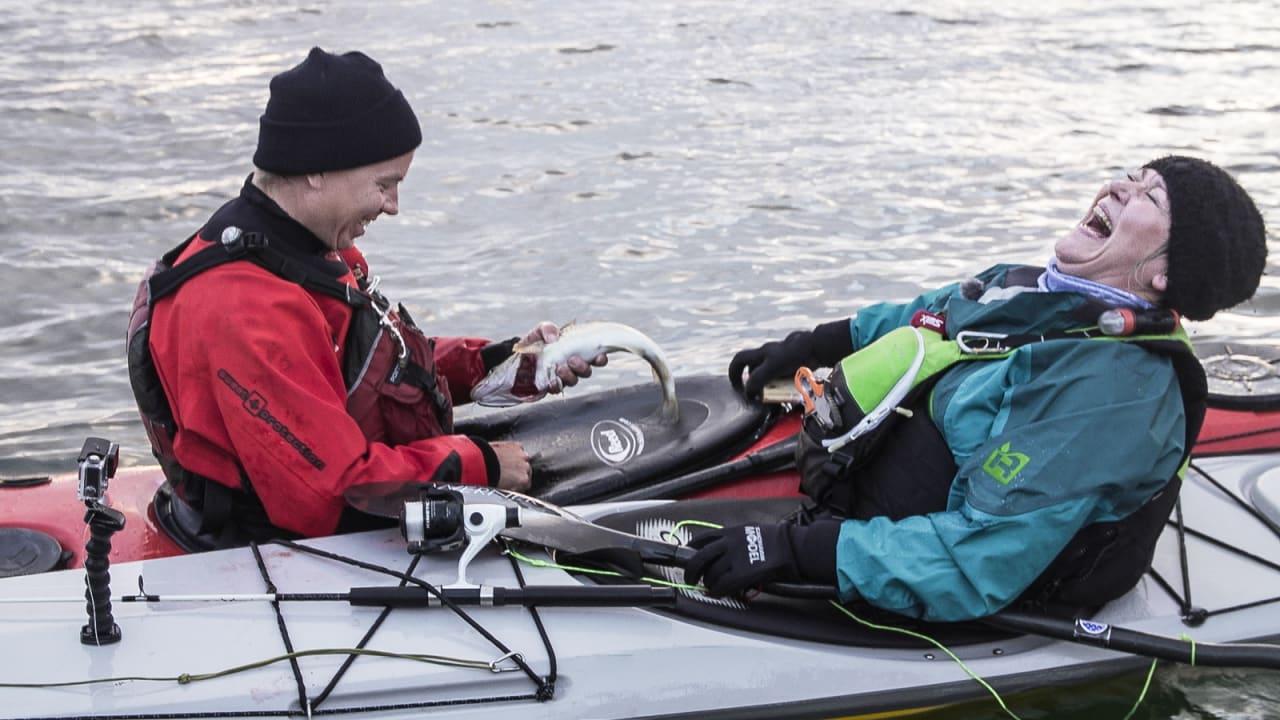 SE TORSKEN: Lite å si på stemningen når Vandbakk fanger en torsk fra kajakken. Nina Elisabeth Rødahl Friis fra Havblikk Camping får seg en god latter.