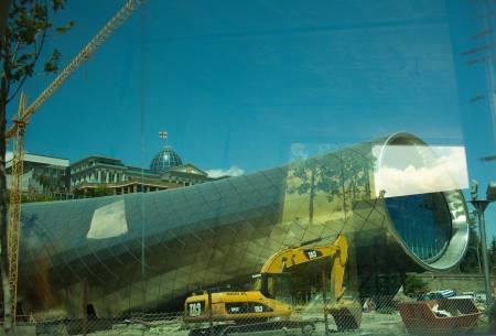 TBLISI: Bygging av kultursenter med parlamentet i bakgrunnen. Foto: Hans Aage