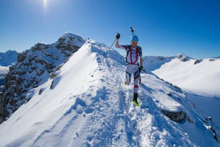 ROMSDAL RANDO: Ski på sekken er obligatorisk på toppen av Galtåtind. Så går det bratt utfor ned mot Loftskardsetra. Romsdal Rando ble første gang arrangert i 2014. Foto: Daniel Kvalvik