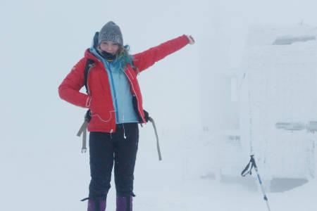 STORSAMLEREN: Michelle Tost på toppen av Tsjekkias høyeste fjell, Snezka (Snøhetta). – Heldigvis hadde vi varm te på toppen, sier hun. Foto: Gerhard Tost