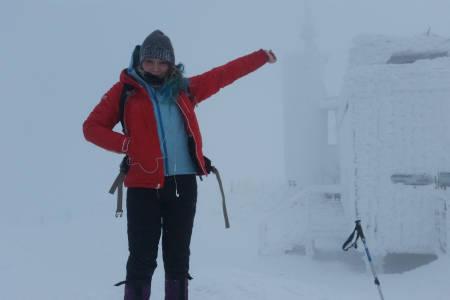 Snezka, Tsjekkia: Været har vært ganske dårlig på noen av toppturene. En enkel ås kan bli til et tåkelagt, islagt helvete. Minus 10 grader med 20 m/s vind ble utfordringen på Snezka (snøhetta), Tsjekkias høyeste fjell. Heldigvis hadde vi varm te på toppen. Gastronomien og atmosfæren på hyttene i området var enestående.