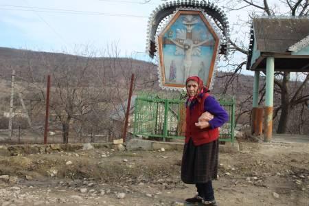 Moldova: Man kan nesten ikke tro at man er i Europa, på landsbygda i Moldova står tiden stille. Toppturen varer kun en halv time, for det meste en spasertur gjennom skog og eng. Men bilturen dit er en opplevelse av de sjeldne. Menneskene er ekstremt vennlige og gjestfrie! Her fra en landsby ved foten av Balanesti.