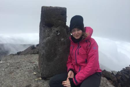Pico, Azorene: Parkvokterne hadde stengt stien opp til fjellet på grunn av storm, men vi prøvde allikevel. Vi ble blåst overende på kraterkanten, men på selveste toppkjeglen fant vi en plass i le, med åpninger i fjellet som slapp ut varm damp. Magisk!