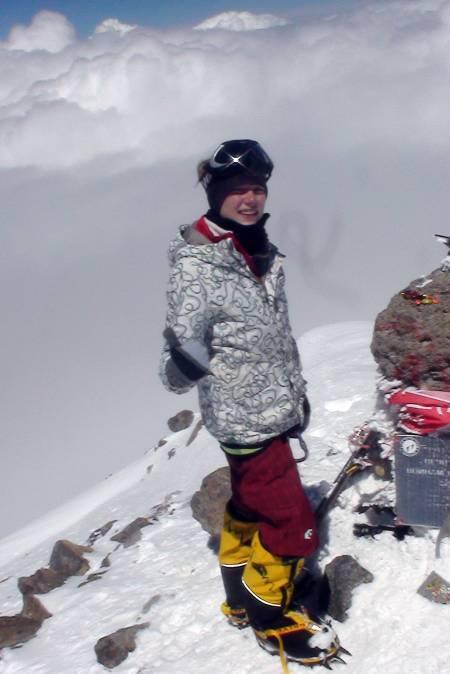 12 år og på toppen av Elbrus: Vår russiske guide synes det var helt feil at en så ung jente som meg skulle gå på Russlands høyeste fjell. Vi fikk uriktige værmeldinger og mange negative tilbakemeldinger, men vi ga oss ikke og til slutt sto vi på toppen! Tilbake på Barrels-hytta ble jeg feiret og fikk kallenavnet «Princessa».