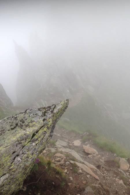MOLDOVEANU: Romanias høyeste fjell kan nås fra mange retninger, vi valgte den lange turen over eggen fra Balea Lac. Tett tåke og mye vind gjorde turen til en mystisk opplevelse. Det eneste som manglet var vampyrflaggermus.