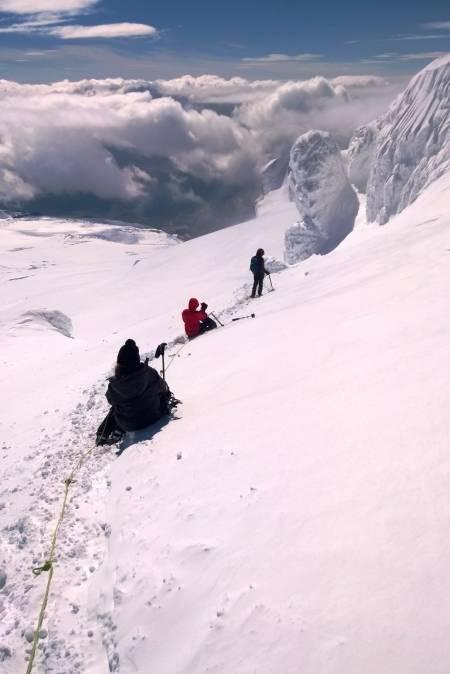 Hvannadahlshnukur: Fra 0 til 2110 meter og tilbake på en dag, samt krysning av et vulkankrater med 4 kilometer i diameter, fullt av nysnø – Islands høyeste fjell var en utholdenhetstest av de sjeldne. Og som om ikke det var nok, ble det tett tåke på vei nedover brefallet - gode nerver og GPS-en reddet oss. På bildet: Hvilepause på toppbreen av Hvannadalshnukur.
