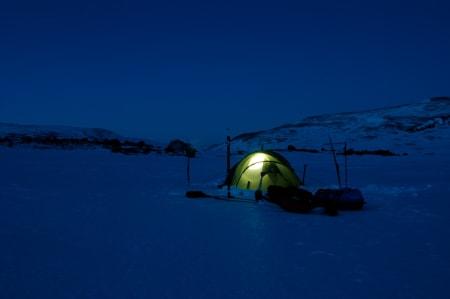 TELTLIV: Kveldene i teltet er alltid bra, uansett om dagen har vært fin eller kjip. Foto: Henning Gladheim