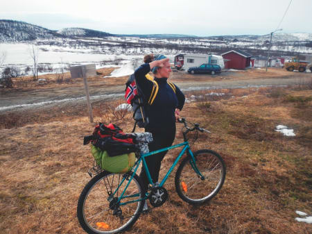 17. MAI: Sykkelen blir døpt Rangle-Rolf etter dens generelle forfatning, og andre dag på tur har jeg så vondt i rumpa at jeg måtte sykle sittende på bagasjebrettet. Foto: Henning Gladheim
