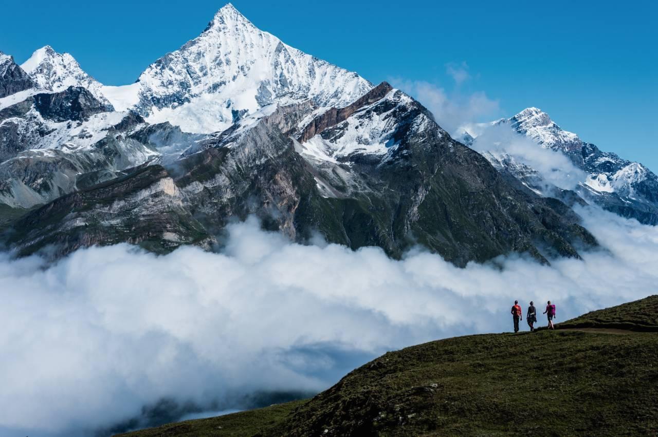 STORSLÅTT: Å gå i fjellene rundt Zermatt er like mye en fysisk opplevelse som anstrengelse. Det finnes mer enn 30 fjell over 4000 meter rundt den kjente fjellbyen. Her ser vi to av dem, Zinalrothorn (4331 moh.) til venstre og Weisshorn (4506 moh.) till høyre.