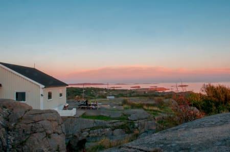 TJØNNEBERGET: Tjønneberget ligger fantastisk til med utsikt mot Færder Fyr og verdens ende. Hytta har 5 soverom med 15 sengeplasser til sammen og kan fint benyttes av to familier. To stuer, ett romslig kjøkken med alt utstyr. Foto: Oslofjordens Friluftsråd