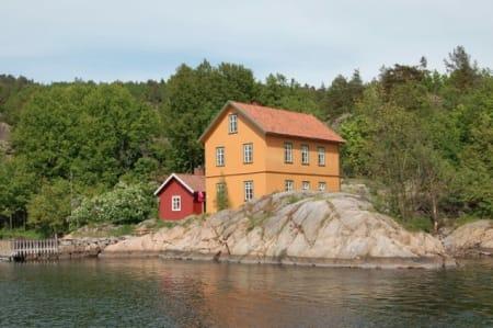BERGHOLMEN: Ligger utenfor Døbak, og har 11+11 sengeplasser i to etasjer. Det er mulig å ta seg til Bergholmen med egen båt. Mindre båter kan fortøye på brygga rett nedenfor hytta, større båter må benytte eventuelle ledige bryggeplasser på motsatt side av bukta eller på nordenden av øya. På øya ligger to robåter som man disponerer ved leie av huset.Foto: Oslofjordens Friluftsråd