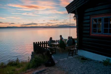 BESTEMORSTUA: Ligger rett sør for friområdet Bestemorstranda i Oppegård kommune. Hytta er nyoppusset og består av hovedhus samt et stabbur. Det er 10 sengeplasser der fordelt på 3 soverom i hovedhuset og 2 sengeplasser i stabburet. Hytta har høy standard. Foto: Oslofjordens Friluftsråd