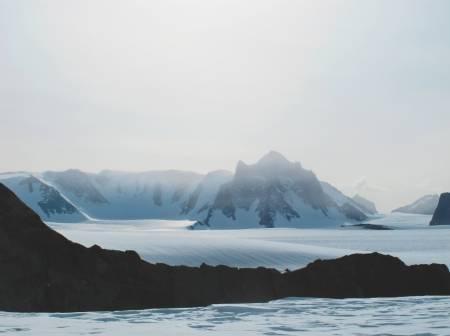 NORGES HØYESTE FJELL: Jøkulkyrkja består av et stort fjellmassiv. Det er umulig å ta bilde av selve hovedtoppen på avstand, men den er der et sted.