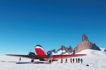 LANDING PÅ SNØ: DC-3, flytypen som brukes «innenriks» i Antarktis. Det er en av få flytyper som tåler kulden og de dårlige landingsforholdene.