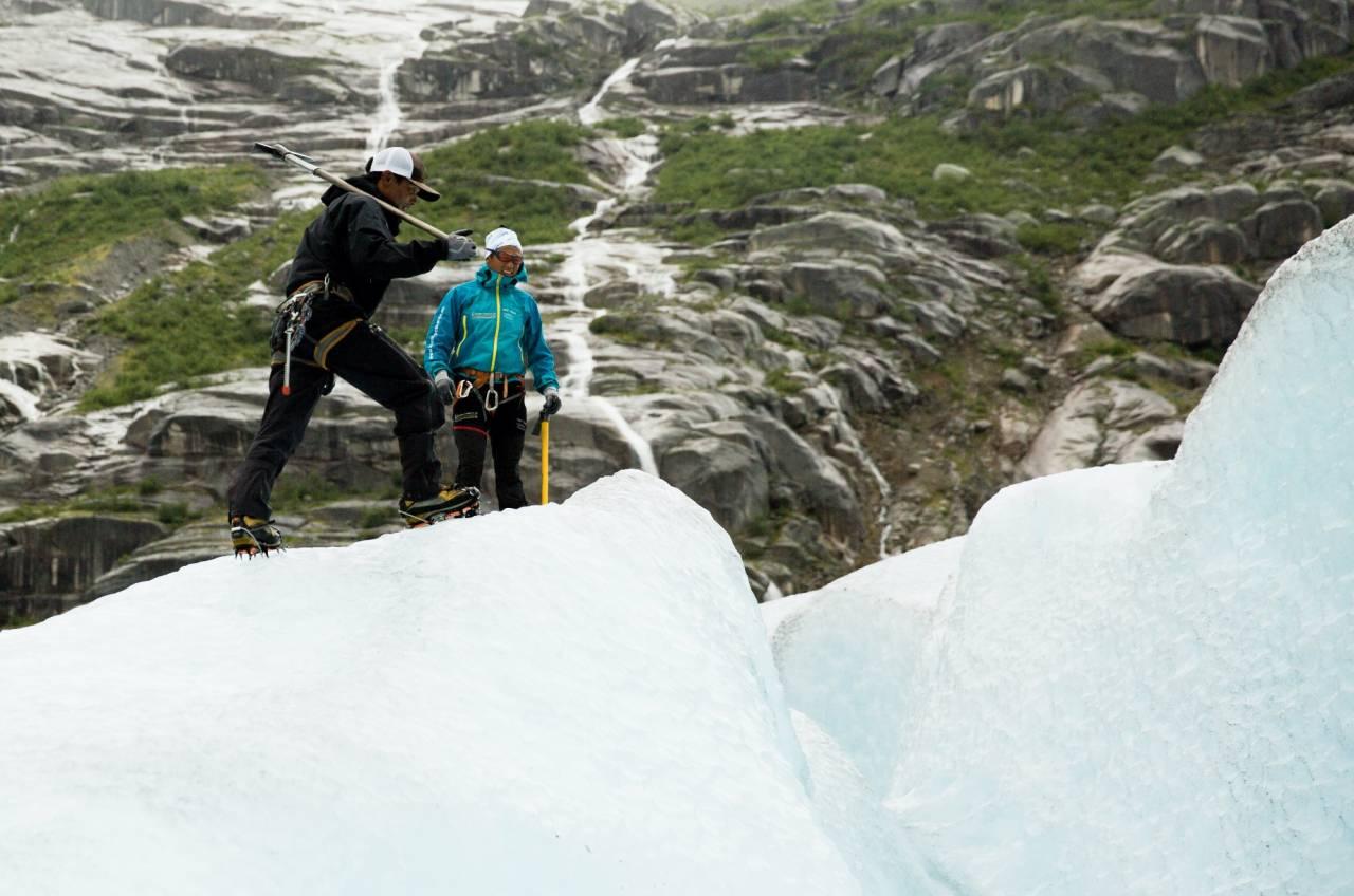 STILLE: Sherpaene klargjer Nigardsbreen før straumen av turistar tek til. Dei er seks nepalske guidar som kjem til Jostedalen for å arbeide på breen gjennom sommaren. Om lag 50 000 turistar kjem frå verdas mange krokar for å vandre på Nigardsbreen. Talet står i sterk kontrast til dei knappe 400 fastbuande i Jostedalen.