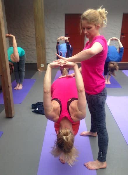 EKSTRA PUSH: En deltaker får hjelp til å strekke seg litt lengre.