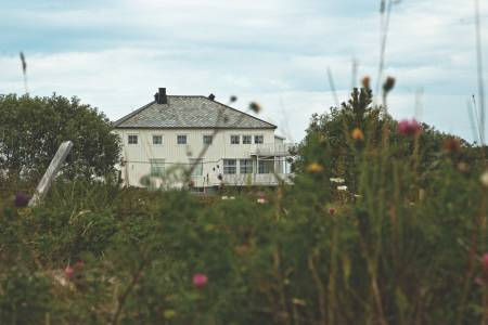 NATURSKJØNT: Skogsholmen Gjestehus gir deg overnatting i fantastiske omgivelser, og det anbefales å ankomme i kajakk. Foto: Trygve Sunde Kolderup