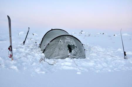 KALD NATT: Inni dette teltet – og i soveposen – er det heldigvis varmere enn utenfor, om du gjør de rette tingene. Foto: Sandra Lappegard Wangberg