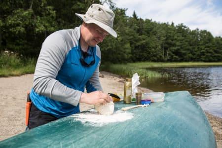 KJØKKENBENKEN: Kanoen er en ypperlig plass å tilberede maten. Bilde: Christian Nerdrum