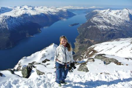 Ann Ervik Johnsen er storfornøyd på toppen av Grøvelnebba. Bak kamera står en av tidenes råeste, norske klatrere. Foto: Øyvind Vadla