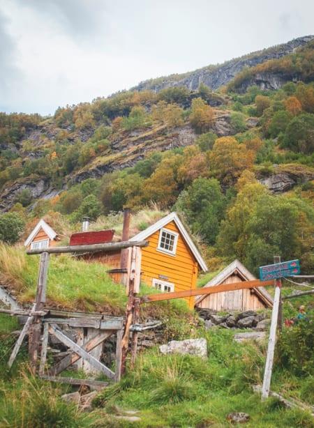 Det lille gårdsbruket Sinjareheim er et høydepunkt på veien. Det er ikke bare tusenvis av turister som har vært innom plassen, Svartedauden var her og tok med seg alle beboerne. Rundt gården er det gjel, juv og brusende fosser på alle kanter. Foto: Marte Stensland Jørgensen
