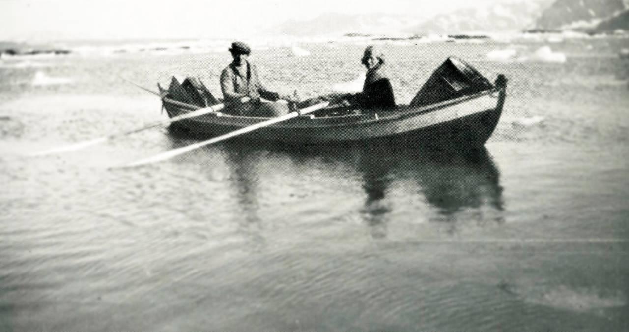 I ISVANN : «Det var ikke særlig hyggelig med den nedlastede båten, men det var heldigvis ikke tid til å tenke så mye på hvordan det kunne gå,» skriver Wanny om en rotur til Isbjørnhamn. Alle foto: Svalbard Museum