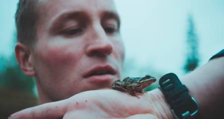 NATURKREFTER: Ole Giæver ville lage en film der man kjenner på det kompromissløse, og der tankene strekker seg fra det helt banale til det eksistensielle. Ole spiller selv hovedrollen i filmen. Foto: Fra filmen «Mot naturen»