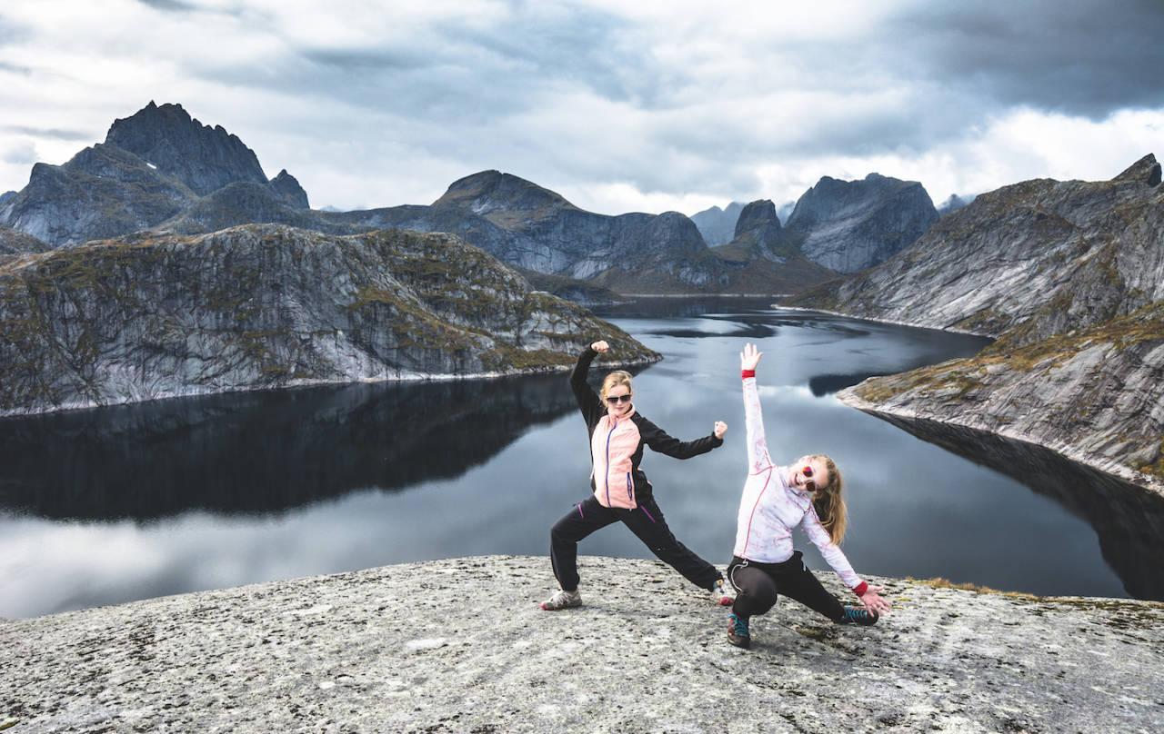 FJELLTUR: Høstferie gir tid til å gjøre noe annet. To fornøyde venninner på toppen av Tekoppstetten i Lofoten. Foto Jon Olav Larsen