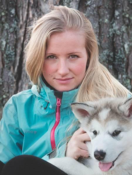 TIDLIG UTE: Tonje Blomseth gikk Norge på langs alene som 17-åring. Det ble starten på alt. Her sammen med sin nye valp og turkamerat, Nanook. Foto: Torbjørn Buvarp