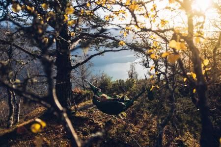 LUFTIG ALTERNATIV: Hengekøyer åpner for nye leirplasser med fantastisk utsikt. Foto: AMOK Equipment / Bård Basberg