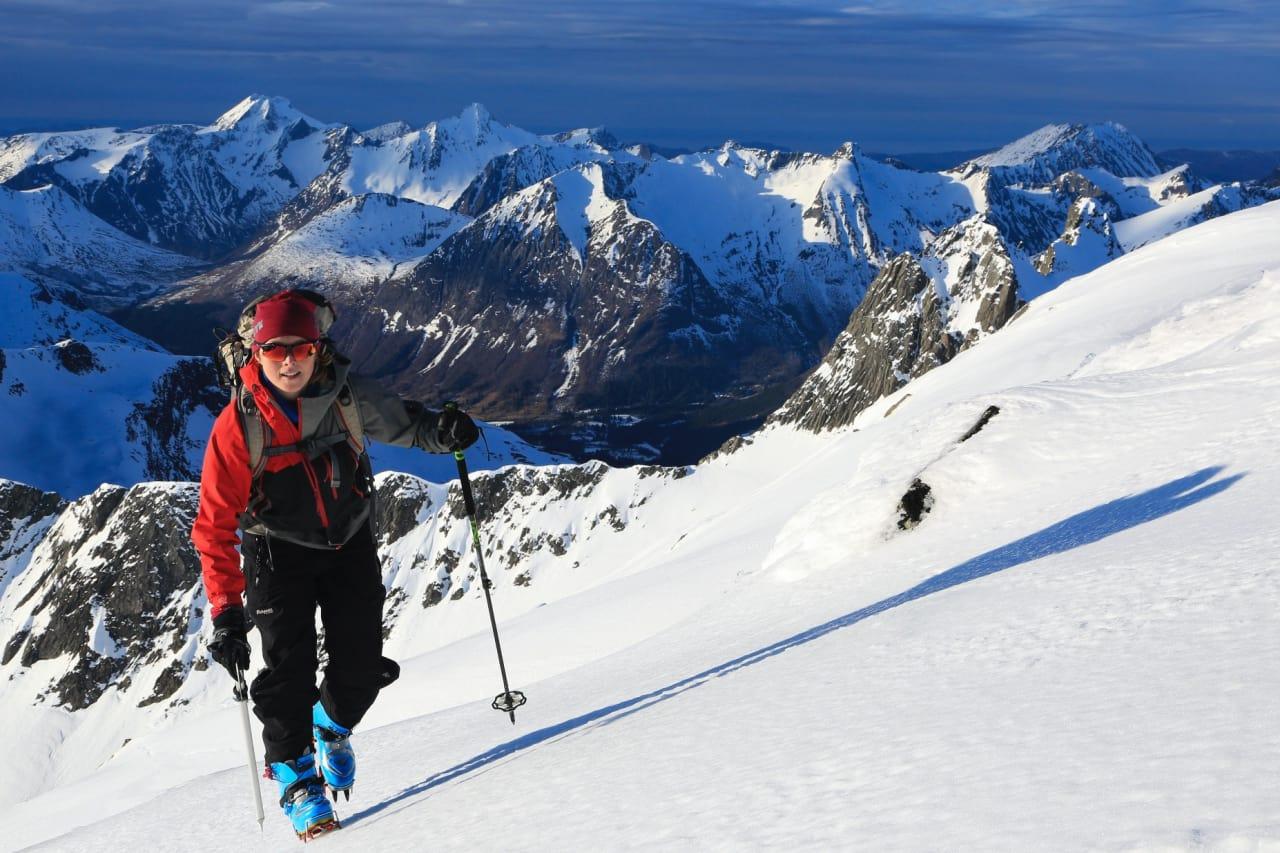POPULÆRT SKIFJELL: Grøtdalstind på Sunnmøre gir spektakulær skikjøring, men på visse dager bytter vi ut ski med isøks og stegjern den siste delen. Foto: Tor Halvor F. Botnen
