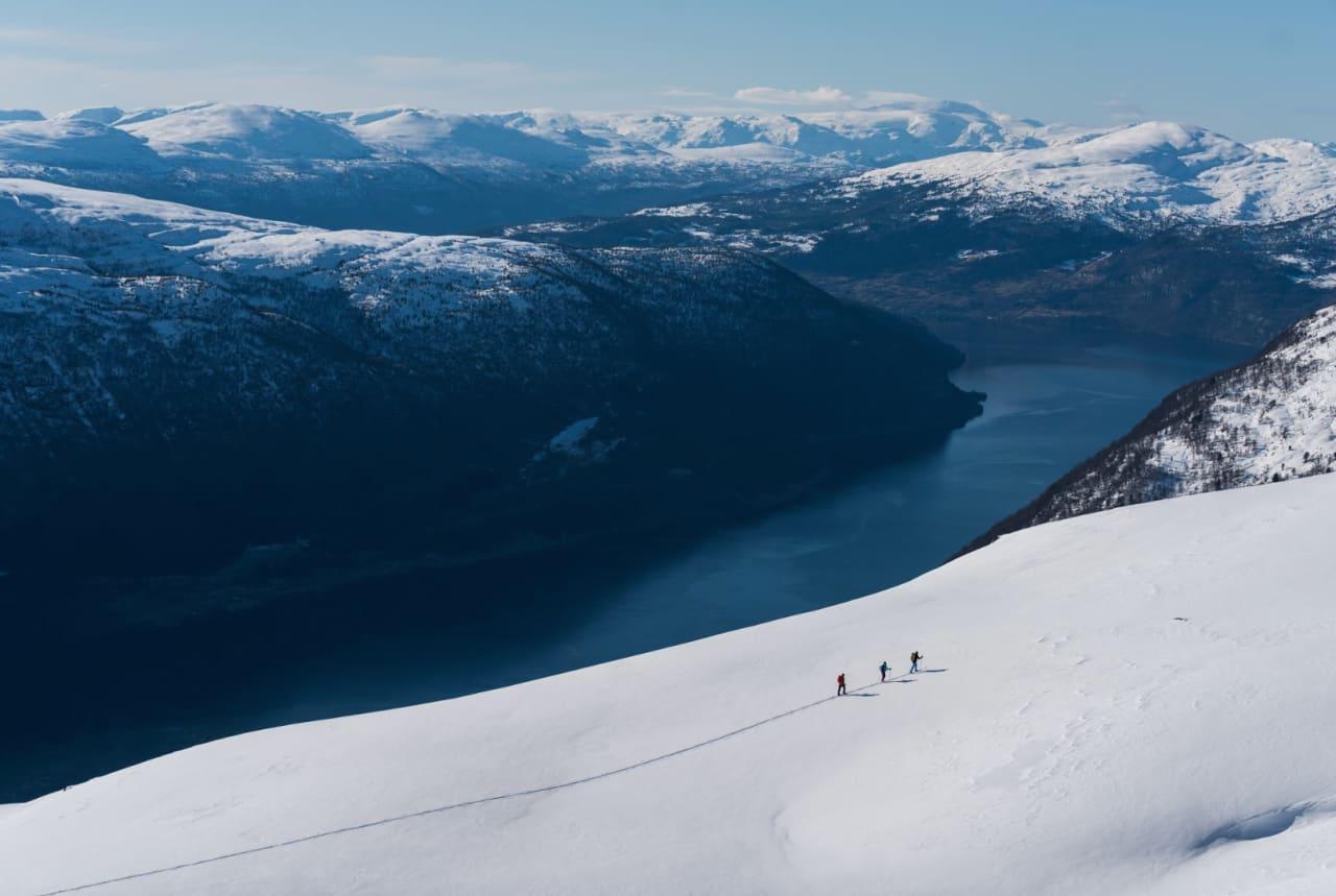 KJAPT TIL SNØEN: Med gondolen Loen Skylift, har toppturfolket fått en rask måte å komme seg opp til snøen utover våren. Foto: Bård Basberg
