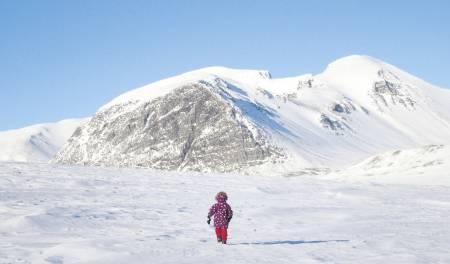 """Aurora leter etter snøskavler til snøhula. I bakgrunnen """"Svartnuten"""" som lever opp til navnet sitt foran Rondslottet og Vinjeronden som er til høyre."""