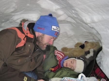 """SOV GODT: Pappa Ole Kristtian sammen med Aurora, som sovner tvert i """"barnerommet""""."""