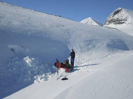 HARDT ARBEID: Snøhuler har store fordeler sammenlignet med telt. Ulempen er at det tar litt tid å grave dem, og at man rekker å gjøre det før det blir mørkt. Vi hadde med telt som backup.